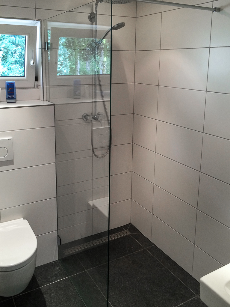 Inloopdouche glazen douchewand met uitsparing om toilet reservoir. Glassoort: 8mm helder veiligheidsglas