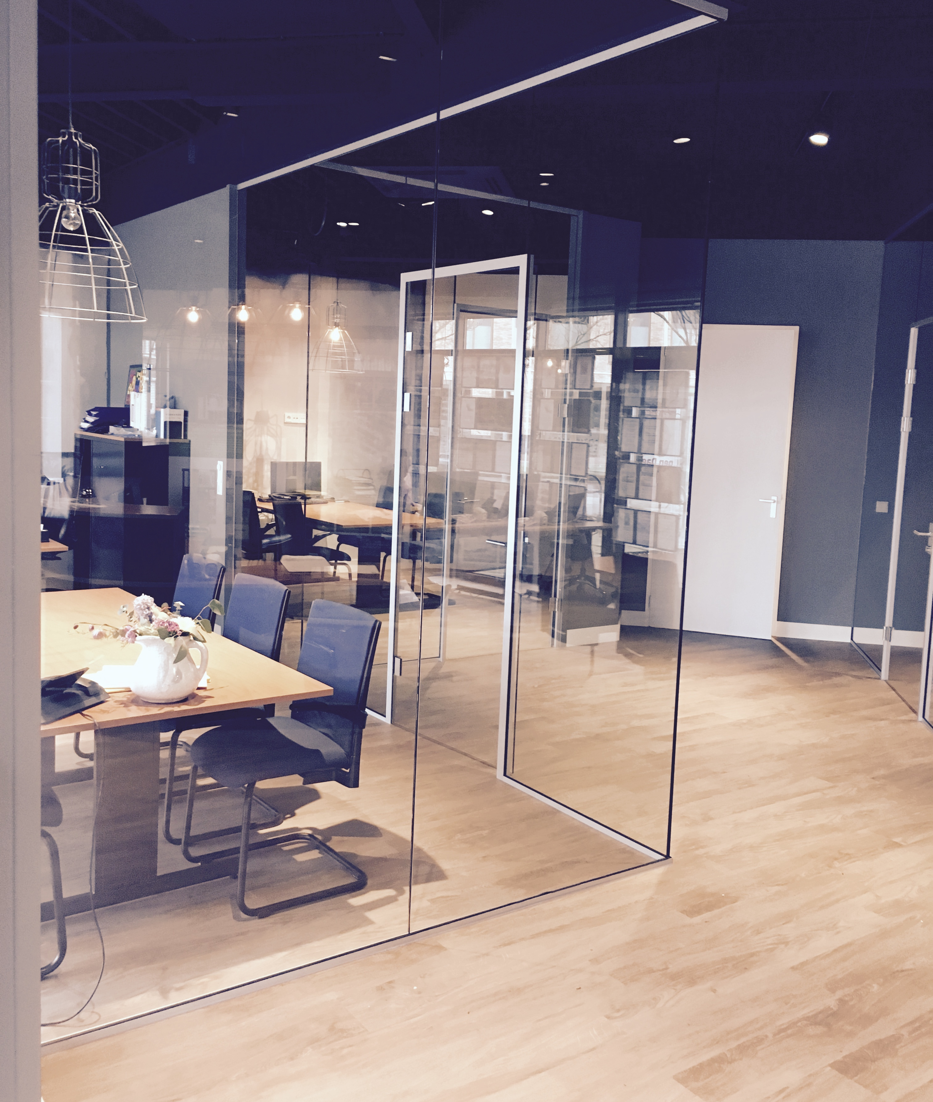 Glazen scheidingswanden en deuren kantoor